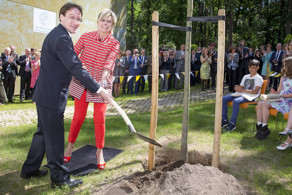 Princess Laurentien of The Netherlands opened the new wing of the Max Planck Institute for Psycholinguistics (MPIP) with planting the Tree of Language