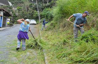 Prefeitura realiza capina, roçada e limpeza nas ladeiras e servidões do Perpétuo e também na Rua Florentino de Paula, no Vale Paraíso
