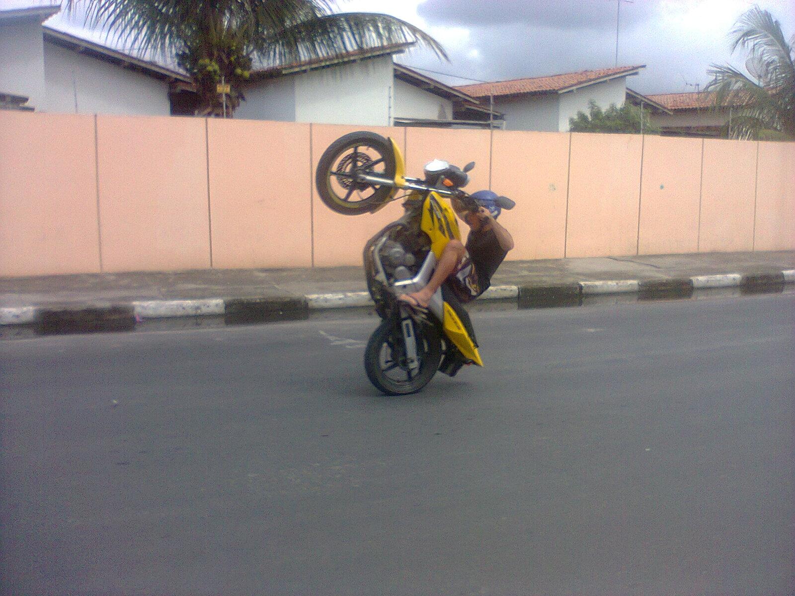 wheeling stunt brasil: Chales grau tanto um treino na praça da ...