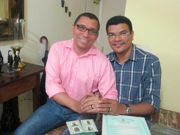 Claudio Nascimento e João Silva com as novas identidades (Foto: Aline Pollilo)