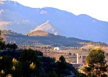 Vista de Benilloba. Al fons, el Castell de Cocentaina.