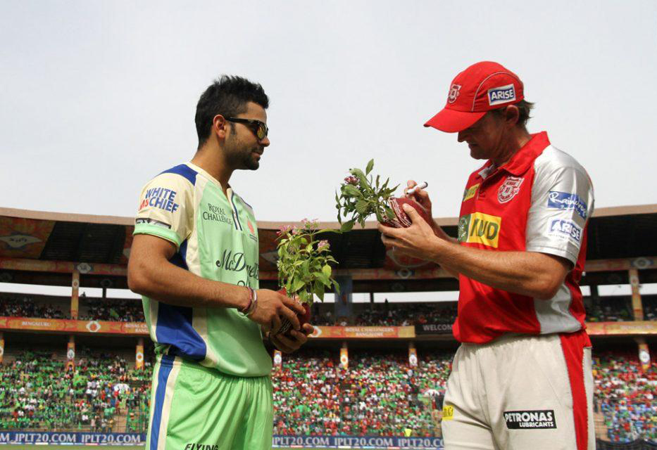 Virat-Kohli-Adam-Gilchrist-RCB-vs-KXIP-IPL-2013