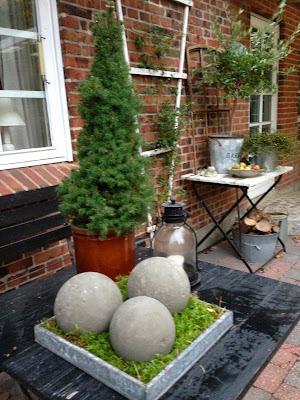 Fru pedersens have: betonkuglerne er kommet ud af formene.