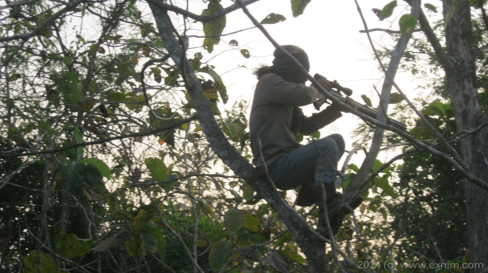 Salah seorang pemburu sedang membidik sasaran