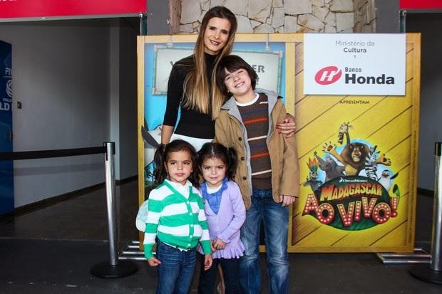 Flávia Fonseca levou as gêmeas para assistir Madagascar ao Vivo