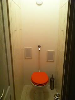 Panellakás WC felújítás után.