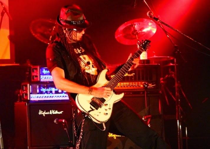 http://www.guitarcoast.com/2015/04/amplificador-valvulado-e-transistorizado.html