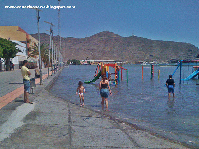 laguna formada en la playa junto a la avenida de gran tarajal