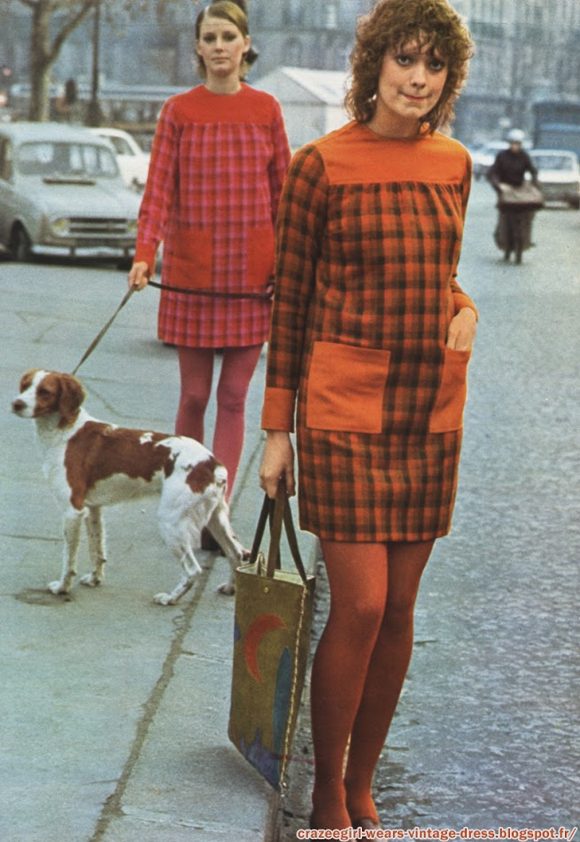 Deux Paris France french mode années 60 70 robes-tablier en étamine de laine tissée main , à carreaux. Empiècement , poches plaquées et poignets unis . Donald Davies - Collants Cardin et Dim - Sac paysage en croute Pikar .  Plaid dresses Donald Davies - 1971 1960 60s 1970 70s fashion mod twiggy dress orange pink brown red