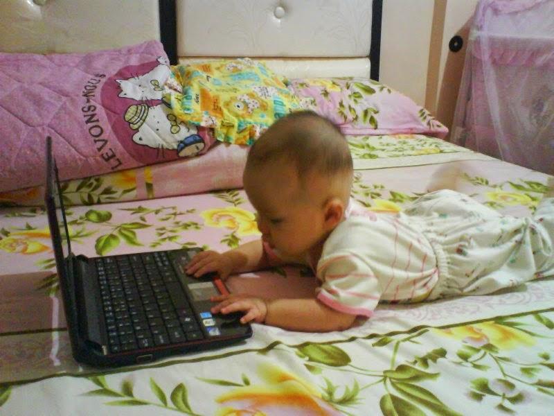 Bayi-bayi lucu bermain laptop