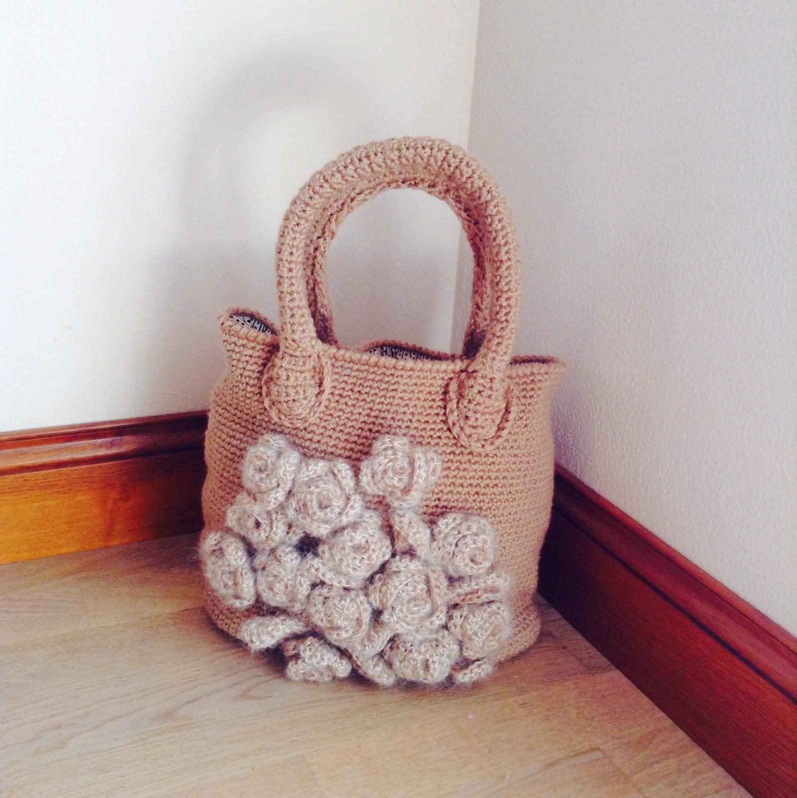 sac en crochet avec des fleurs en relief