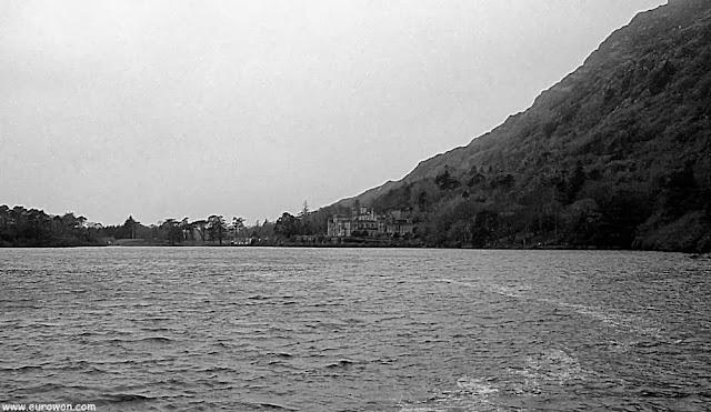 Vista del lago Polacappal y la abadía de Kylemore en Irlanda