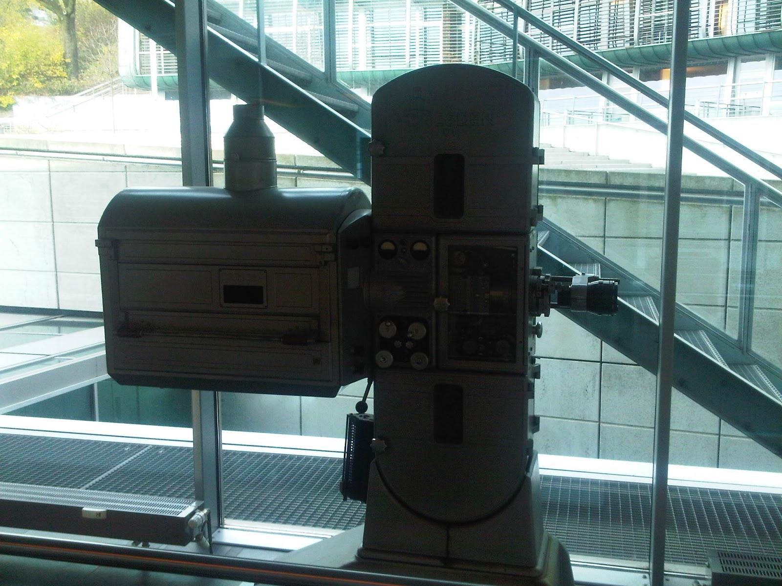 Filmprojektor im Bürogebäude
