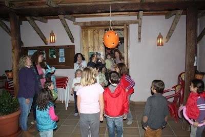 Piñata colmena para los niños en Camping La Lomilla, Jérez del Marquesado
