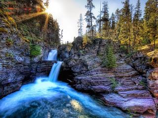 Fondo El agua cae por la montaña
