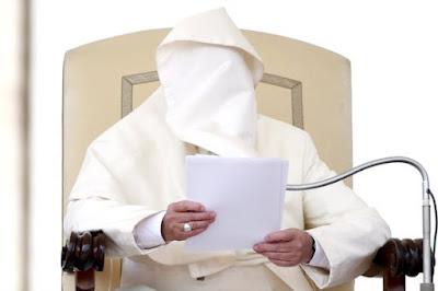 Papa cobre o rosto