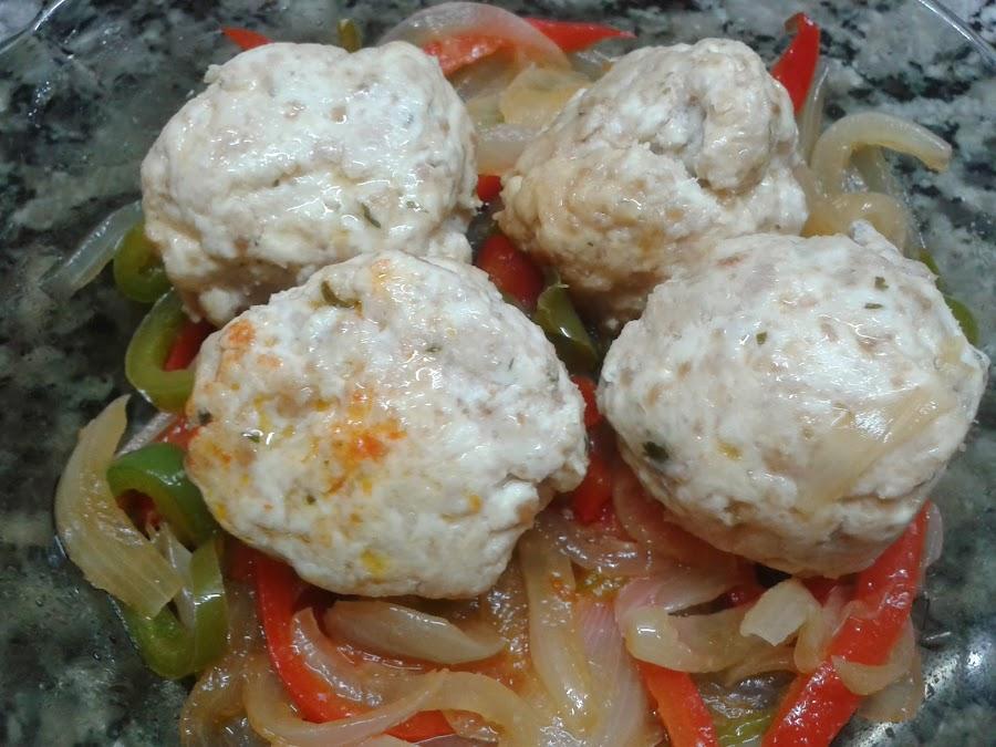 Albóndigas de pollo en colchón de vegetales