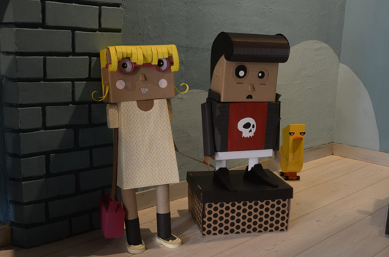 Exposição criativa de arte com papelão por Glam e Travis
