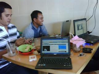 http://fokusaceh.blogspot.com/2012/10/modernisasi-warung-kopi-aceh.html