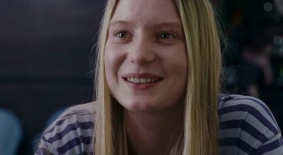 Mia Wasikowska (Joni)