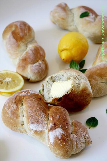 Italienische Brötchen Nodini mit Minze und Zitrone