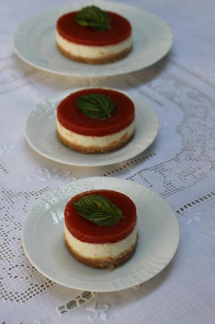 caprese cheesecake, ovvero cheesecake salata con fresella pomodoro e mozzarella