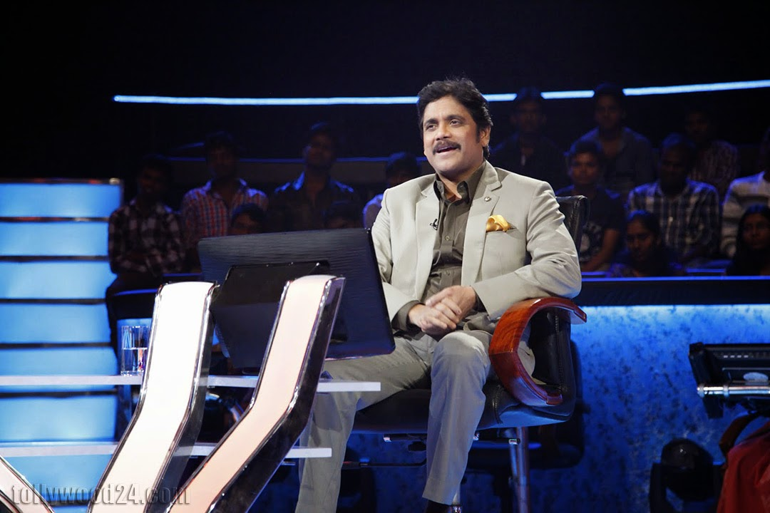 Nagarjuna Hosting Meelo Evaru Koteeswarudu-HQ-Photo-1