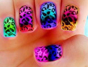 Diseño de uñas con colores llamtivos