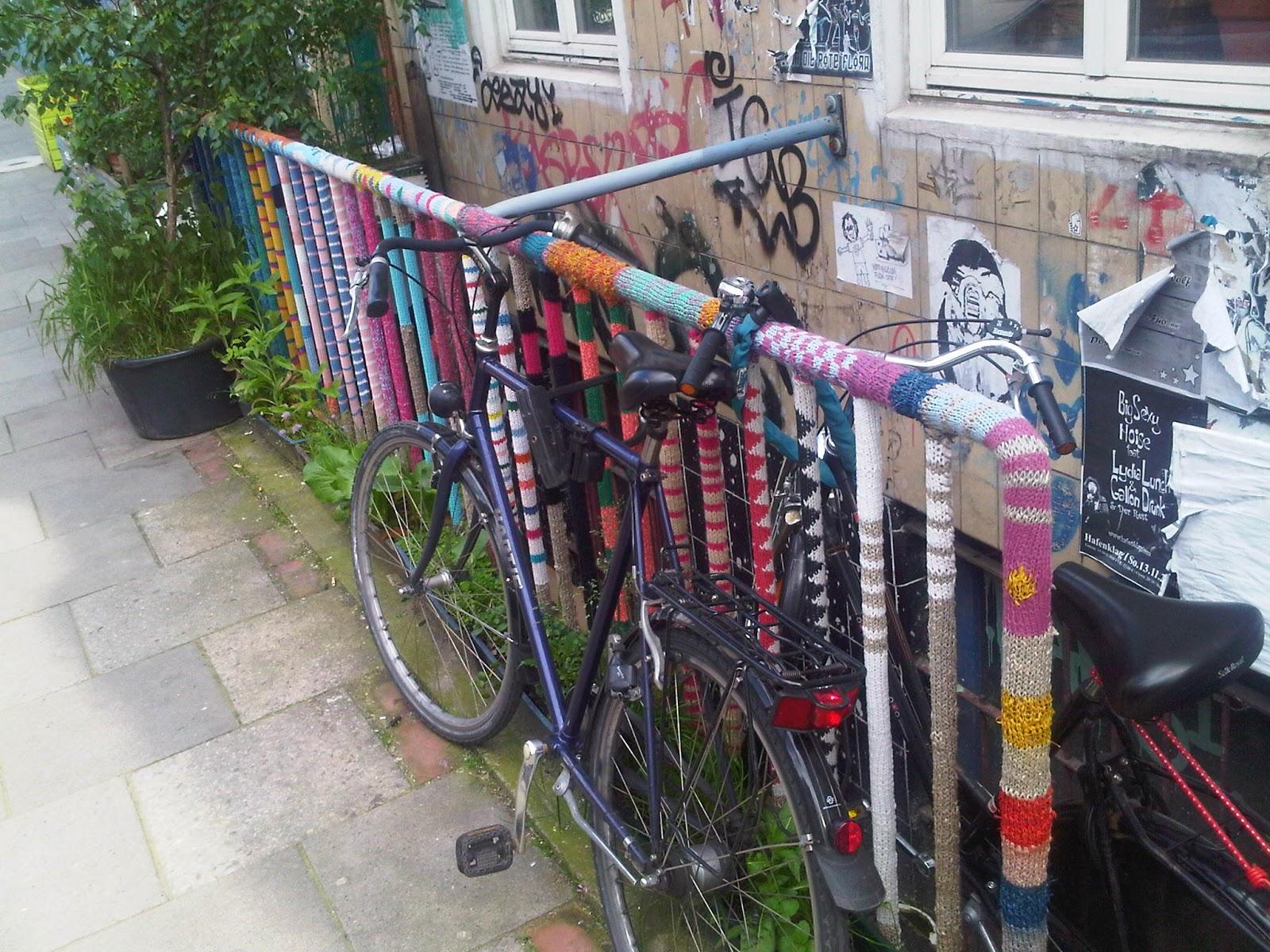Guerilla Knitting auf St. Pauli. Geländer mit Strickwaren umwunden. Fahrräder am Geländer. Treppenabgang.