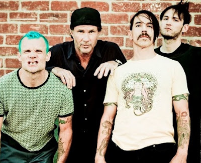 Red Hot Chili Peppers posando para sus fans