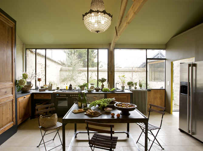 Through the french eye of design industrial windows for Maison de famille decoration
