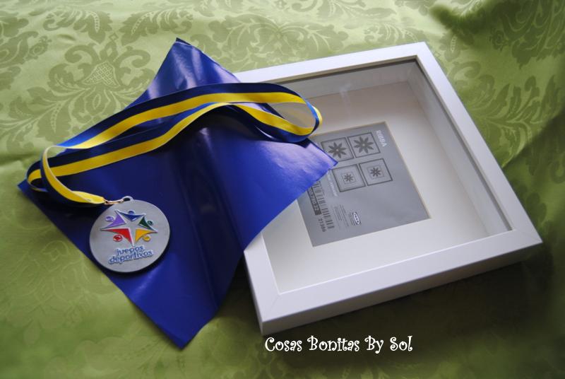 Cosas bonitas by sol cuadritos 3d ikea con medalla for Ideas para colgar medallas
