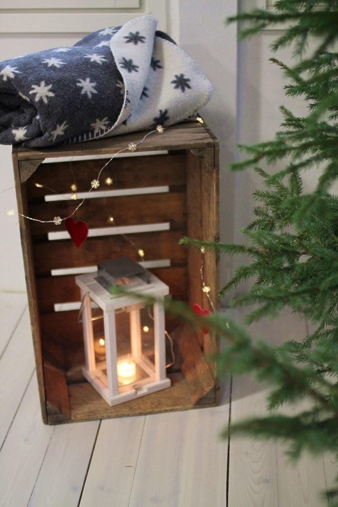 jouluasetelma, vanha puulaatikko, joulukoristelu, lyhty ratia