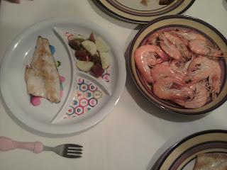cena dorada con ensalada de tomate y pepino y langostinos cocidos