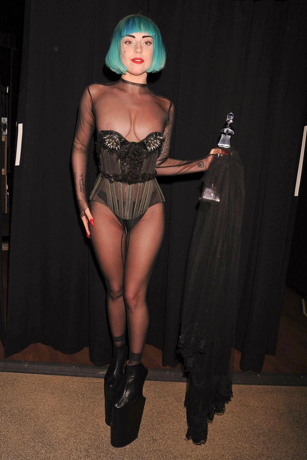 http://3.bp.blogspot.com/-oE5a8zLC8ag/UJeyhmrGxRI/AAAAAAAAGsw/J8O8FDC2zA8/s1600/1024_lady-gaga-at-cfda-fashion-awards-press-room-lady-gaga-awards-2065896185.jpg
