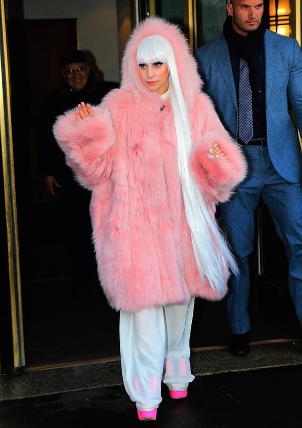 After saw this picture you may know how cold the weather is! Lady gaga caught in a pink fur coat, white long wig.