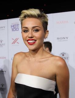 Miley Cyrus é flagrada usando substância suspeita