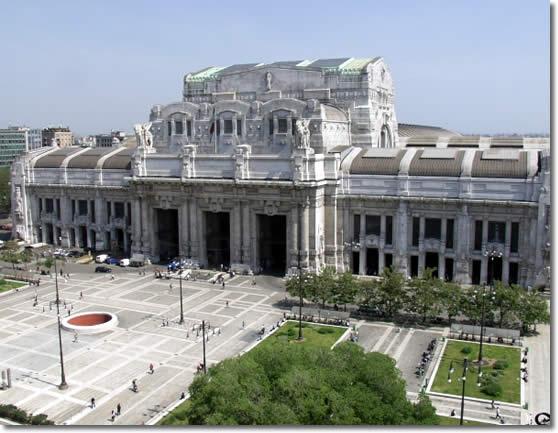 На центральном железнодорожном вокзале Милана, откуда в годы Второй мировой войны нацисты депортировали сотни евреев...
