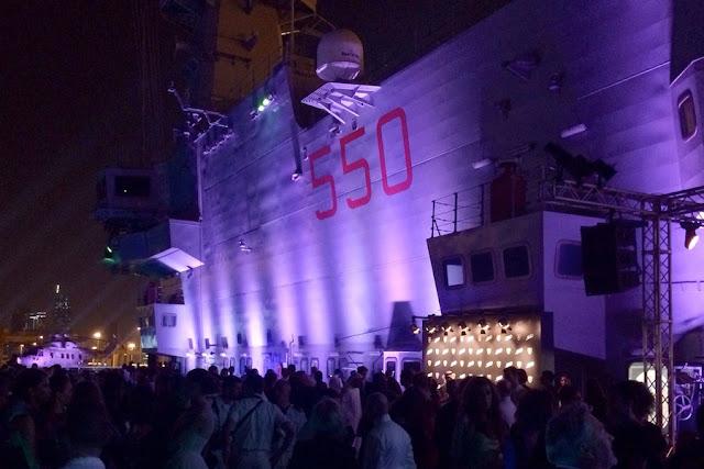 ランボルギーニ「ヴェネーノロードスター」が空母の上でワールドプレミア