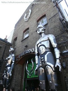 Cyberdog, the temple of the cyber-clothes. Cyberdog, el templo de la ropa cibernética. Stables Market. Camden Town.