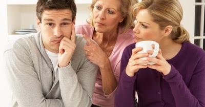 كيف تتعامل مع حماتك المزعجة - حماة - الحماة - mother-in-law_conflict_couple_marriage - annoying
