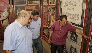 Prefeito Arlei, Vice-prefeito Márcio Catão e secretário de Cultura, Wanderley Peres, no estande que conta, através de fotos, a história das exposições agropecuárias de Teresópolis