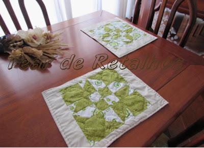Kit de duas toalhas de um jogo americano verde feito em patchwork colocados sobre a mesa