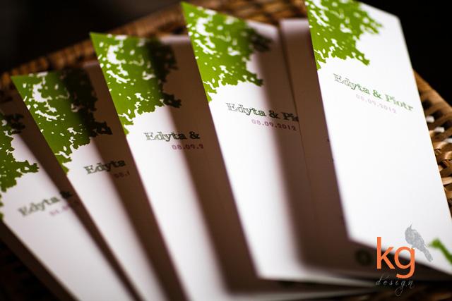 oryginalne dodatki i deoracje na ślub i wesele, drzewo, plakat usadzenia gości, winietki, winietki dla dzieci, zawieszka na alkohol, etykieta na alkohol, menu, motyw przewodni drzewo, zielone, różowe,