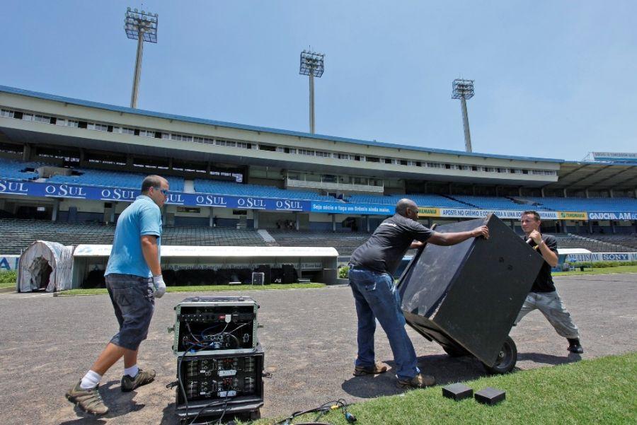 Carregando caixas de som no estádio
