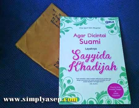 "Agar Dicintai Suami Layaknya Sayyida Khadijah"" karangan Vina Sjarif dan Mba Mugniar."
