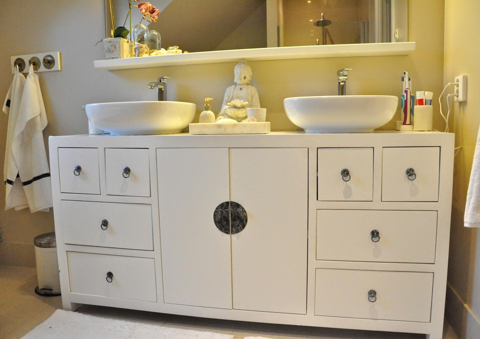 Den Vita Drömgården Ett vitt badrum i asiatisk