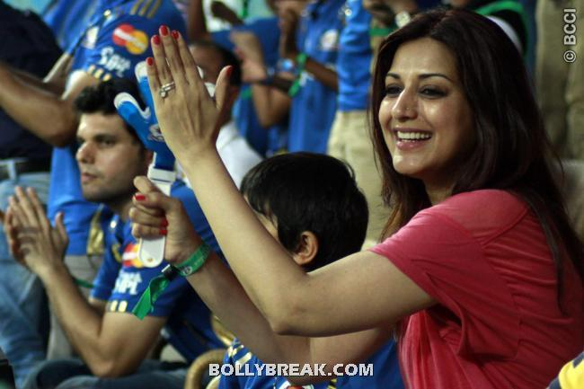 Sonali Bendre in red top at ipl match - Sonali Bendre Spotted at Mumbai Indians VS Chennai Super Kings Match