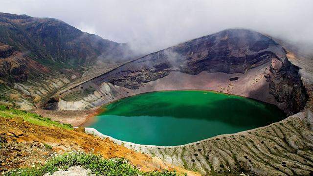 Lago circular cercado de rochas - cor verde claro