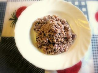 La ricetta dell'orzotto con salsiccia e radicchio è perfetto per un pranzo con gli amici, un piatto sano e super goloso!